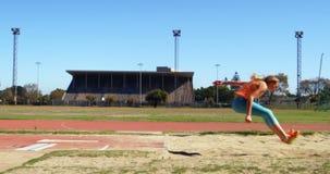 实践跳远的女运动员在运动会比赛地点4k 股票视频
