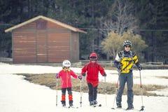 实践速度滑雪的家庭 火山埃特纳火山,西西里岛 意大利 库存照片