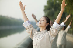 实践Tai籍,胳膊的中国人民被举,户外 库存照片