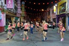 实践Zumba锻炼的亚裔妇女 免版税库存照片