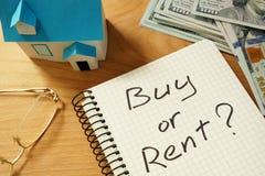 """实际概念的庄园 与购买或租Ñ """"Ñ 'Ð ²家模型的笔记薄 免版税库存照片"""