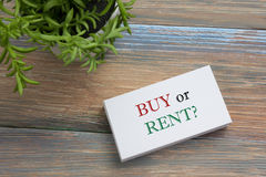 实际概念的庄园 与购买的名片或租消息和花 在书桌台式视图的办公用品 免版税库存图片