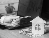 实际概念的庄园 住房销售或租务,公寓租务 地产商 100个票据概念美元房子做抵押 单色 库存图片