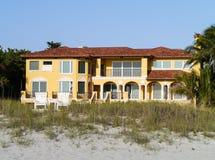 实际海滩前的庄园的房子 免版税库存照片