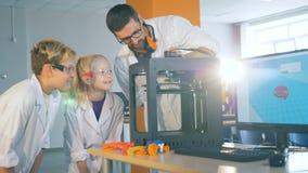 实验举行并且显示对十几岁通过3D打印机 股票视频