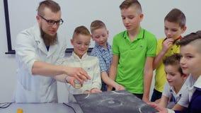 实验员显示跳舞在chladni板材的男孩沙子 股票录像