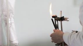 实验员设置在火的燃烧器 人为与火的实验室工作做准备 化学制品 影视素材