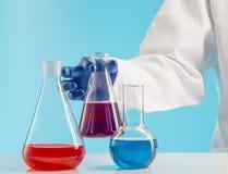 实验在化学实验室 做一次试验在实验室里 免版税图库摄影