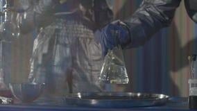 实验在化学实验室 做一次试验在慢动作的实验室 股票视频