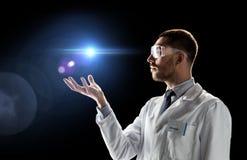 实验室外套的与激光的科学家和风镜 免版税库存照片