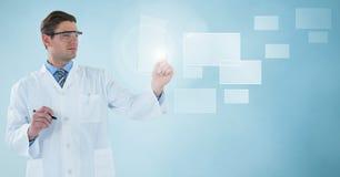 实验室外套的与笔的人和风镜阻止玻璃设备的在方形的接口反对蓝色backgr 库存照片