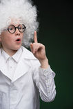 实验室外套的打手势确信的小男孩,当iso时 免版税图库摄影