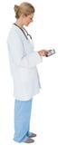实验室外套的白肤金发的医生使用片剂个人计算机 库存照片