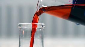 实验室烧杯在有投下的化工液体科学家手上到试管 科学和医学研究概念 影视素材