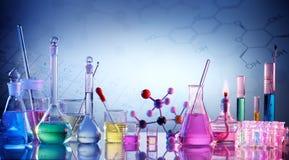实验室研究-科学玻璃器皿 免版税库存图片