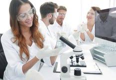 实验室职员在工作场所 免版税库存照片