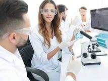 实验室职员在工作场所 免版税图库摄影