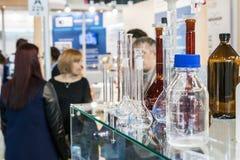 实验室设备和化学制品R的国际陈列 库存照片