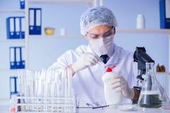 实验室试验新的清洁解答洗涤剂的人 库存图片