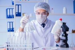 实验室试验新的清洁解答洗涤剂的人 库存照片