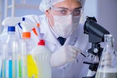 实验室试验新的清洁解答洗涤剂的人 免版税库存照片