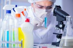 实验室试验新的清洁解答洗涤剂的人 图库摄影