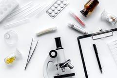 实验室试验显微镜,药片,在白色背景顶视图的试管 免版税库存照片