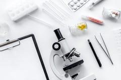 实验室试验显微镜,药片,在白色背景顶视图的试管 库存图片