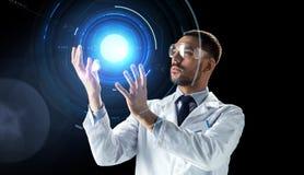 实验室风镜的科学家与真正投射 图库摄影
