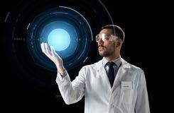 实验室风镜的科学家与真正投射 库存照片