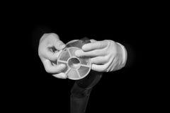 实验室,在白色手套的手拿着黑色和影片,暗房, developmen 库存照片