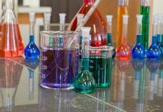 实验室玻璃器皿充满化学制品 免版税库存照片