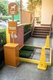 宠爱废驻地在商城或公众区域 公开垃圾 库存图片