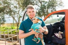 宠物、家畜、季节和人概念-愉快的人画象有走他的狗的户外 库存图片