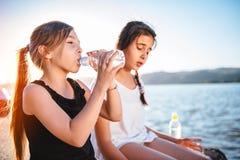 从宠物瓶的女孩饮用水 免版税库存照片