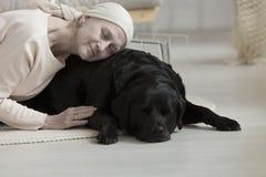 宠物疗法帮助的妇女 免版税图库摄影
