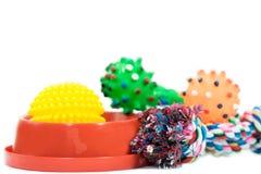 宠物辅助部件概念:碗、球和绳索叮咬的在白色 免版税库存图片