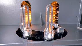 宠物预先形成在热化在最快速度的烤箱线移动 塑料装瓶生产 影视素材