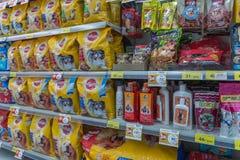 宠物食品和产品的许多类型在宠物店 库存照片