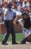 审判员和投手特写镜头在职业棒球比赛,道奇体育场,洛杉矶,加州期间 免版税图库摄影