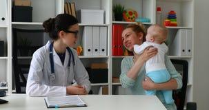 审查一个孩子的医生在医院 影视素材