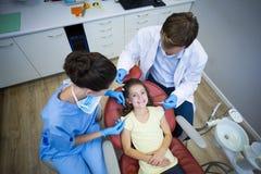 审查一名年轻患者的牙医 图库摄影