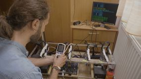 审查与数字功率表cryptocurrency开采的船具消耗量的年轻专家的工程师- 股票录像