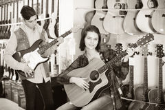 审查两把吉他的少年 库存图片