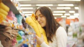 审查各种各样的毛巾的少妇顾客在纺织品商店 股票视频