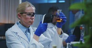 审查各种各样的液体的科学家 股票录像