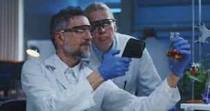 审查各种各样的液体的科学家 股票视频