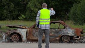 审查员为照相烧在汽车击毁下在路一边 影视素材