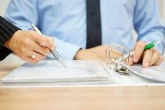 审查员在公司文献的发现欺骗 免版税库存照片