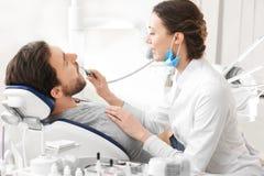 审查在诊所的牙医耐心` s牙 免版税库存图片